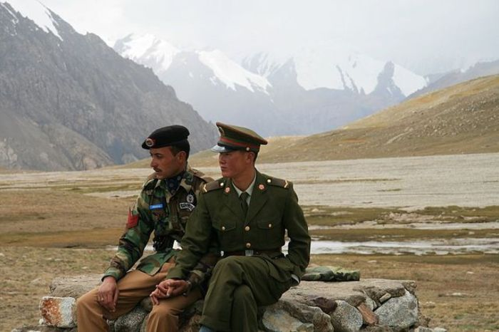 o-CHINA-PAKISTAN-GUARDS-HOLD-HANDS-facebook.jpg